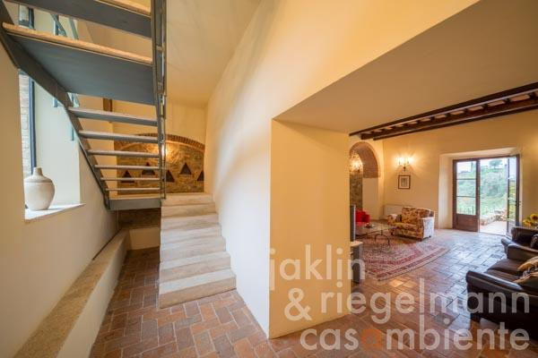 The small and well-kept hotel for sale in Tuscany close to Siena in a peaceful and picturesque setting