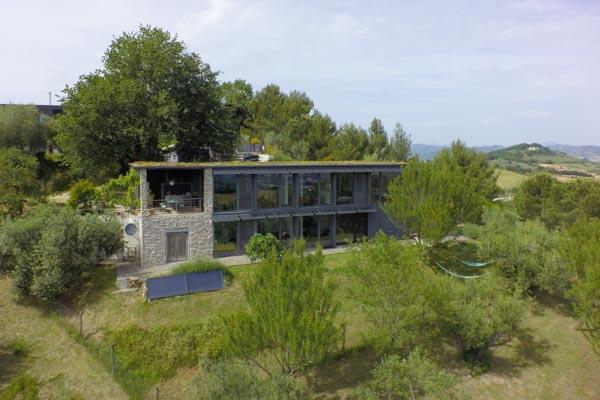 Das Blick auf das Anwesen aus der Luft mit dem vorderen Garten
