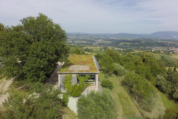 Das Blick auf das Anwesen aus der Luft mit dem vorderen Garten und der Terrasse im Obergeschoss