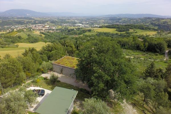 Das Haus, die Garage und der Weitblick nach Assisi
