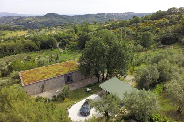 Das Haus, die Garage und im Hintergrund die Stadt Perugia