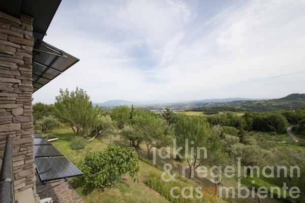 Der Blick nach Assisi von der Terrasse im Obergeschoss