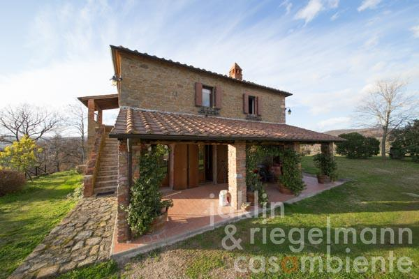 The stone house for sale with swimming pool and 9 hectares of land in a fantastic panoramic position near Siena