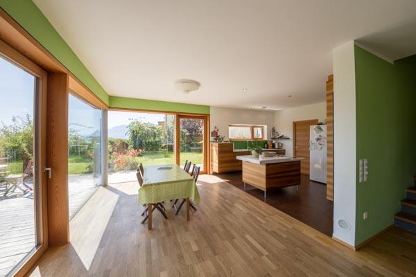 Der großzügige Wohnbereich im Erdgeschoss; links die offene Küche