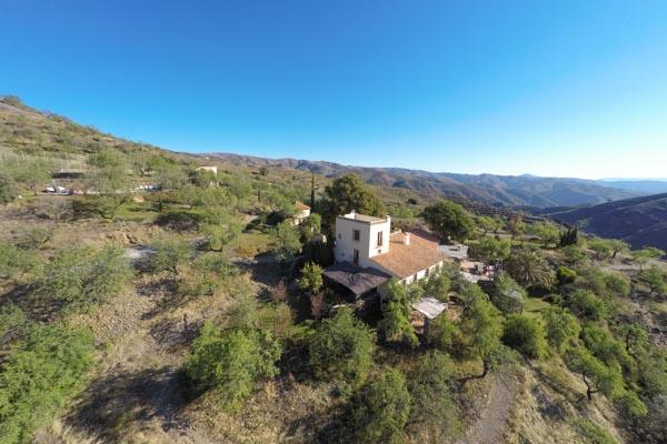 Das Landgut zu verkaufen in der Sierra Nevada in Spanien mit Mandelbäumen, Weinberg, Olivenhain und Meerblick