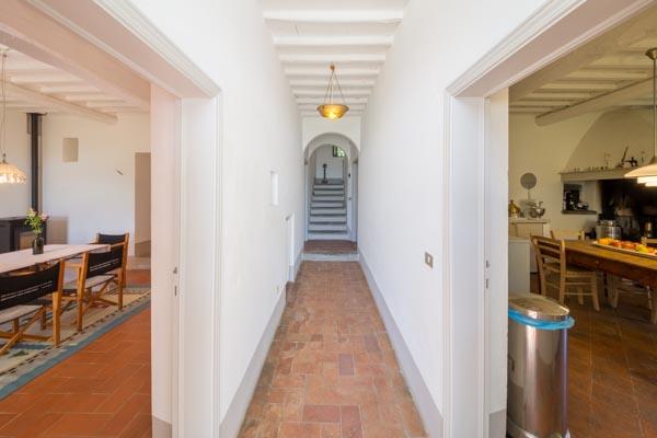 Blick vom Hauseingang in das Esszimmer auf der linken Seite und in die Küche auf der rechten Seite
