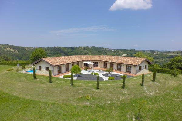 Die moderne Villa mit Pool und Bonsai-Garten nahe dem Barolo-Gebiet, Blick von Süden