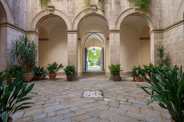 Vista sulla entrata e alla capella del castello