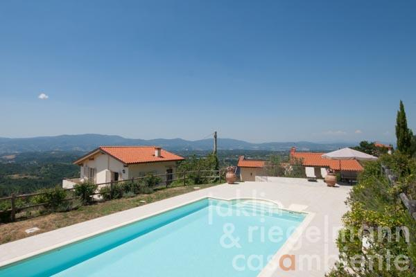 Die bezaubernde Villa mit Dependance und Pool in phantastischer Aussichtslage 35 km von Florenz, Blick vom Pool