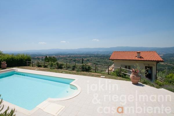 Die Dependance und der Pool in phantastischer Aussichtslage 35 km von Florenz