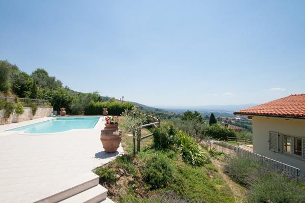 Die Dependance und der Pool in phantastischer Aussichtslage 35 km von Florenz, Blick nach Süden