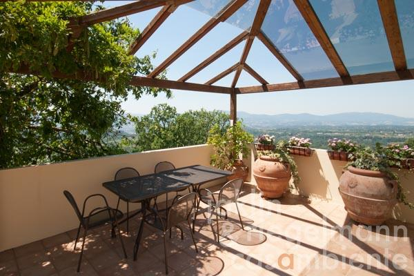Die überdachte Terrasse im obersten Geschoss der Villa