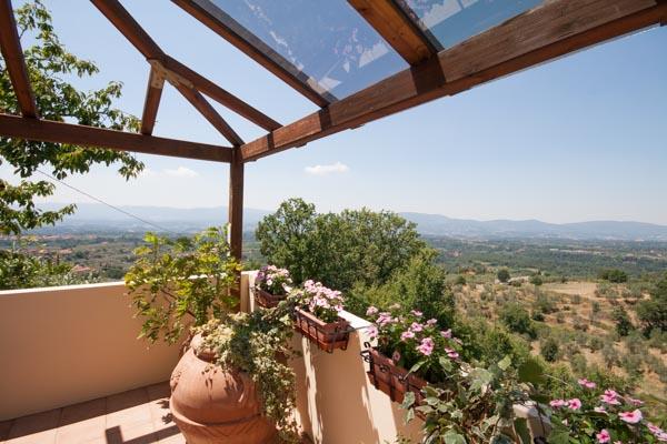 Weitblick nach Südwesten von der überdachten Terrasse im obersten Geschoss der Villa