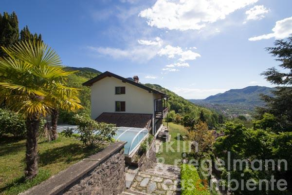 The villa on Lake Lugano for sale in panoramic setting with swimming pool and garden