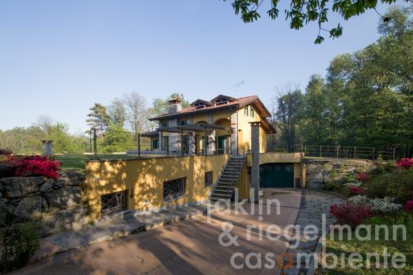 The unique villa for sale with two annexes, park and indoor- and outdoor pools close to Lago Maggiore in Piedmont