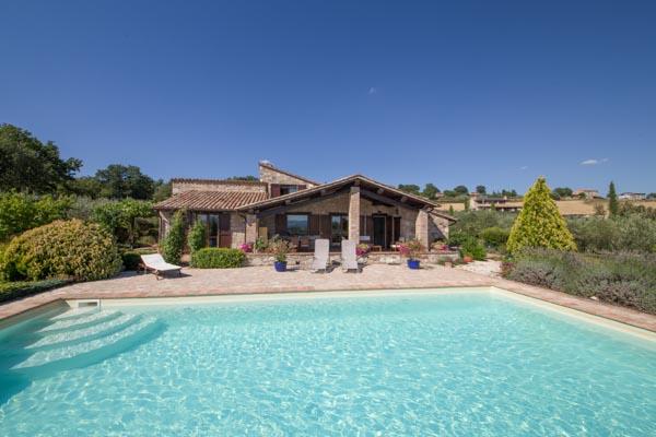 Das hübsche umbrische Landhaus zu verkaufen mit Garten und Pool in Panoramalage mit Blick auf Todi
