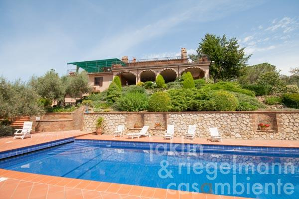Spacious stone-built country house with loggia, pool and views of Lake Trasimeno