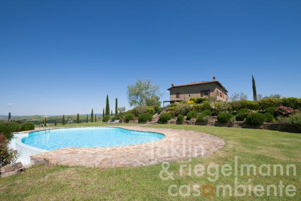 Apartment with pool in fantastic panoramic position of the Crete Senesi near Siena