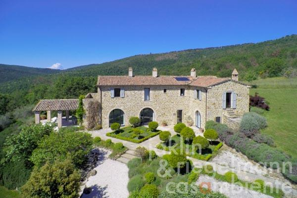 The country house for sale with modern and luminous interiors in panoramic location close to Lago Trasimeno