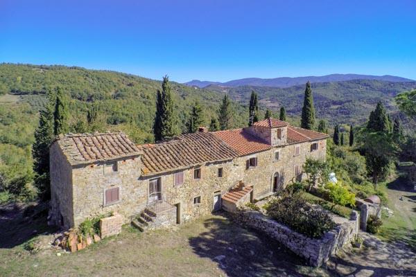 Borgo Antico con 112 ha di terreno nella zona boschiva del Pratomagno nel Casentino