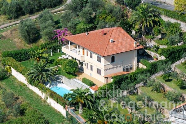Villa in hillside location with pool, palm trees and view to the Versilia coast