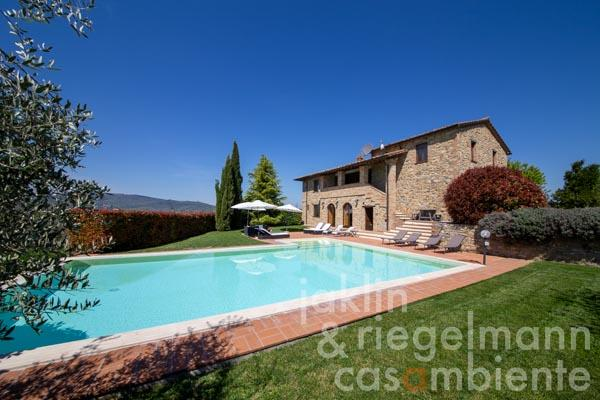 Gorgeous stone farmhouse with 360° views, garden and heated pool in Umbria