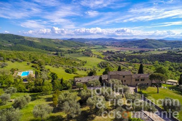 Prestigious property with two large country houses and pool