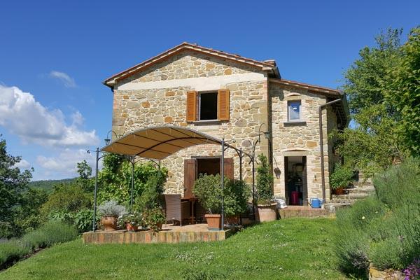 Colonica in pietra in vendita con dependance, piscina riscaldata e giardini lussureggianti in Umbria