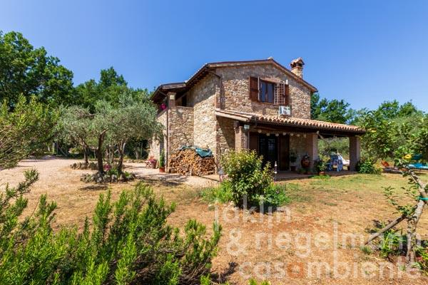 Italian countryside property with garden in the centre of Umbria, halfway between Todi and Montefalco