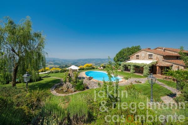 Special Italian villa for sale with garden, pool and spectacular panoramic views onto Todi