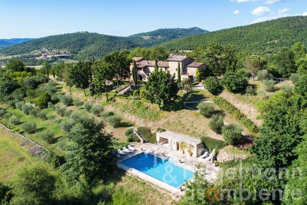 Restored country house for sale with orangery, garden and swimming pool near Lake Trasimeno