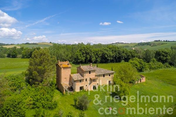 Partly restored farmhouse and 3 outbuildings between Todi and Lake Trasimeno in Umbria