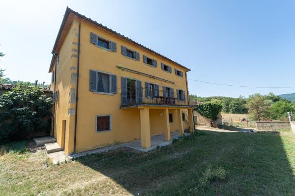 Tenuta vicino ad Arezzo in Toscana ideale per l'allevamento di cavalli e l'agriturismo