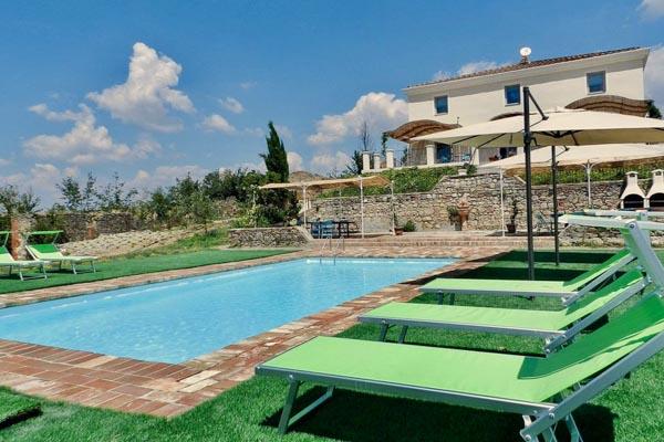 Villa mit Pool und zu restaurierendem Nebengebäude, mit atemberaubender Aussicht nahe Siena in der Toskana