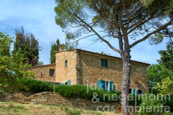 Restored Tuscan farmhouse with 23 ha of land and breathtaking views over the Valle di Chio