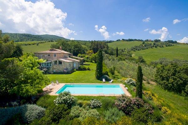 Traditionelles Natursteinhaus mit Pool und Olivenhain im Herzen des Val d'Orcia in der Toskana