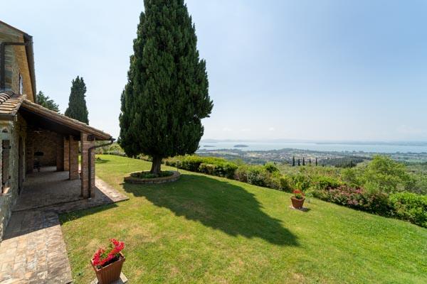 Landhaus mit Nebenhaus und Pool in herrlicher Lage mit traumhaftem Blick auf den Trasimenischen See zu verkaufen