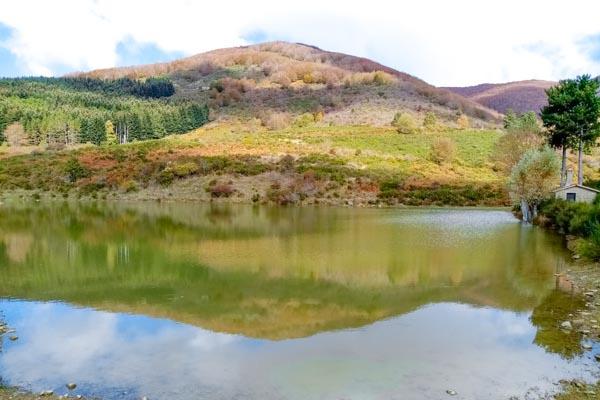 Landgut mit 600 ha Land, See  und 3 Landhäuser im oberen Arnotal