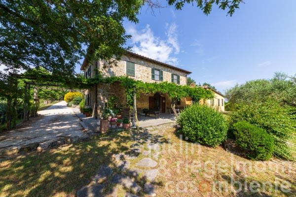 Property in a very beautiful panoramic position with two houses, pool and garden and multifunctional potential