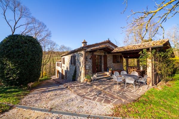 Landhaus aus Naturstein mit Nebengebäuden, Pool, See und ca. 9 ha Land nahe Montone