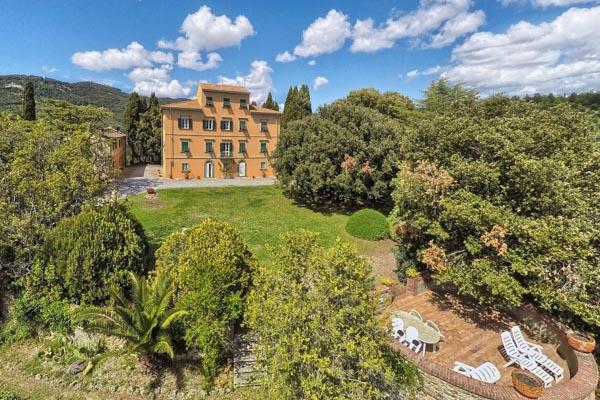 Historische Villa Padronale mit Nebenhaus auf eigenem Hügel mit Meerblick
