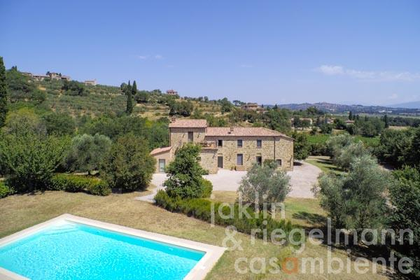 The country estate for sale in the Val di Chiana valley in Tuscany with guest rooms, garden and pool