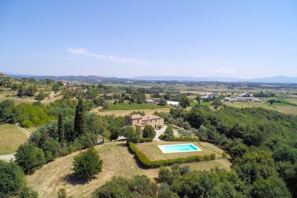 Il casale contornato dal giardino mediterraneo e alcuni alberi d'olivo