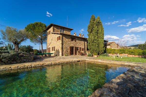 Rifugio di carattere nel Chianti con uliveto e piscina in pietra naturale con vista panoramica